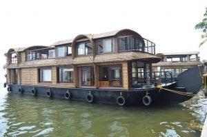 lake-ripples-houseboat