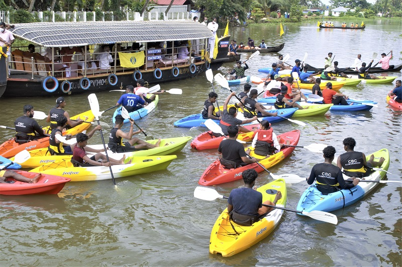 Group kayaking in Alleppey